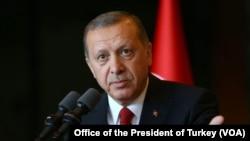 Tổng thống Thổ Nhĩ Kỳ Recep Tayyip Erdogan tố cáo Brussels áp dụng tiêu chuẩn đôi và cảnh báo rằng ông sẵn sàng ngưng thực thi một thoả thuận chính với Liên hiệp Âu châu về việc nhận lại người di dân. (Ảnh tư liệu)