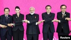印度总理莫迪(中)在泰国曼谷召开的第三届区域全面经济伙伴合作峰会上与其他与会国领导人合影。(2019年11月4日)