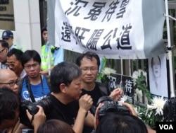 兼任工黨主席和立法會議員的李卓人在抗議現場接受美國之音採訪