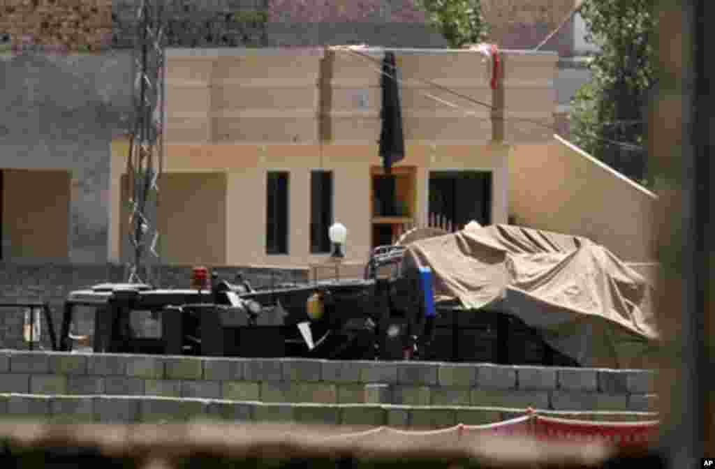 빈 라덴이 사살된 저택 주변에 배치된 차량들 (2011년)