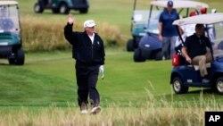 El presidente Donald Trump aprovechó su estadía en Escocia el sábado para practicar su deporte favorito: el golf.