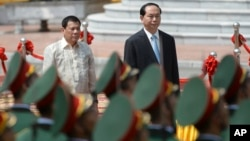 Tổng thống Philippines và Chủ tịch Việt Nam tại lễ đón chính thức ở Hà Nội năm ngoái.
