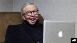 Kritikus film pemenang Pulitzer Prize Roger Ebert bekerja di kantornya di studio WTTW-TV di Chicago pada 2011. (AP/Charles Rex Arbogast)