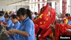 中國浙江嘉興的工人在製作中國國旗。(2019年9月25日)