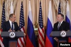 마이크 폼페오 미국 국무장관과 세르게이 라브로프 러시아 외무장관이 10일 워싱턴 국무부에서 기자회견을 했다.
