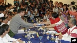 Phe KNU và các đại diện chính phủ họp tại Rangoon và ký kết một thỏa thuận 13 điểm về việc xúc tiến một tiến trình hòa bình, ngày 6/4/2012.