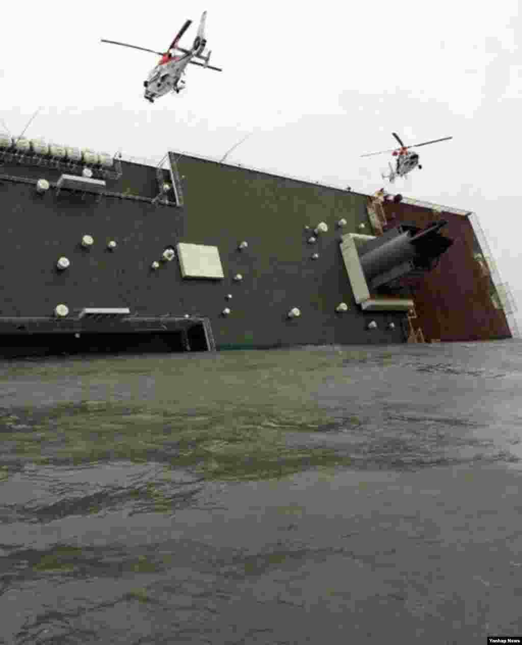 16일 한국 전남 진도 해역에서 침몰한 여객선 세월호가 기울어진 채 승객 구조작업을 기다리고 있다.