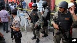 Cảnh sát Indonesia canh gác bên ngoài một tòa nhà ở thị trấn miền trung Solo sau một cuộc đột kích.