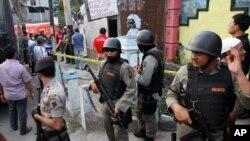 Unit khusus anti teror Polri atau Densus 88 saat melakukan penggerebekan atas sebuah rumah di Solo, Jawa Tengah (27/10).