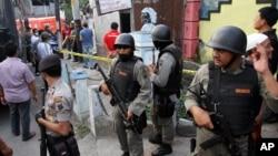 印尼警方在一次出击后再有关建筑外面守护