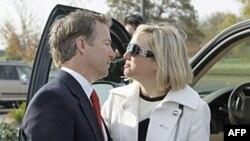 Ông Rand Paul, trái, ứng cử viên đảng Cộng Hòa được nhóm Tea Party hậu thuẫn