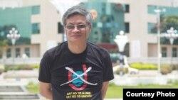 Tiến sĩ Nguyễn Quang A trước tòa thị chính của một thành phố ở Trung Quốc với chiếc áo No-U phản đối đường lưỡi bò của Trung Quốc ở Biển Đông. Ông là một trong những ứng viên đầu tiên tự ứng cử vào Quốc hội Việt Nam khóa tới.