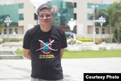 Tiến sĩ Nguyễn Quang A trước tòa thị chính của một thành phố ở Trung Quốc với chiếc áo No-U phản đối đường lưỡi bò của Trung Quốc ở Biển Đông. Tiến sỹ A là một ứng viên quốc hội độc lập.