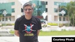 Tiến sĩ Nguyễn Quang A trước tòa thị chính của một thành phố ở Trung Quốc với chiếc áo No-U phản đối đường lưỡi bò của Trung Quốc ở Biển Đông.