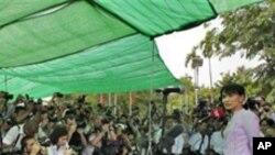 昂山素季在仰光住所举行记者会(3月30日)