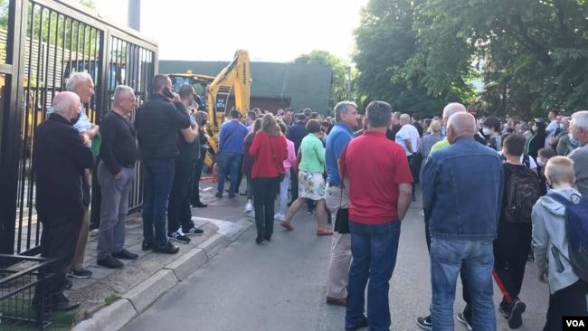 Pristalice pozicije i opozicije ispred 'Kajaka