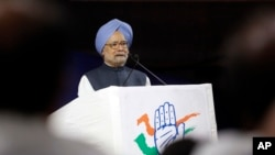 Former Indian prime minister and Congress party leader Manmohan Singh speaks on the current economic situation in the country as part of an election campaign in Ahmadabad, India, Tuesday, Nov. 7, 2017. (AP Photo/Ajit Solanki)