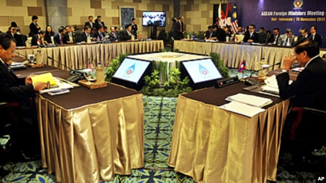 ASEAN Foreign Ministers attend the opening of the ASEAN Foreign Ministers meeting at Nusa Dua, Bali, Indonesia, November 15, 2011.