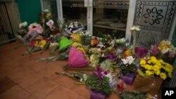 Warga meletakkan bunga di depan Masjid Wellington di Kilbirnie, Wellington, Selandia Baru pasca penembakan di masjid Christchurch hari Jumat (15/3).