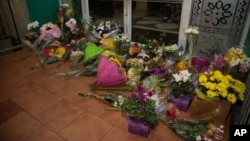 نیوزی لینڈ کے شہر کرائسٹ چرچ کی دو مساجد پر فائرنگ میں ہلاک ہونے والے 49 افراد کی یاد میں ایک مسجد کے دروازے پر پھول رکھے ہیں۔ 15 مارچ 2019