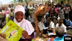 Contos das Crianças do Amanhã. Fábulas Tradicionais de Moçambique. Em destaque na foto a vencedora do prémio dos contos, Nina Geronimo