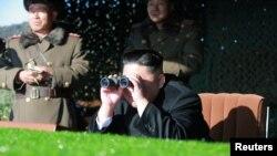 김정은 북한 국무위원장이 조선인민군 총참모부 작전국 직속 특수작전대대 전투원들의 '청와대 타격' 훈련을 참관하고 있다. 조선중앙통신이 지난해 12월 공개한 이 사진의 촬영 장소와 일시는 알려지지 않았다.(자료사진)