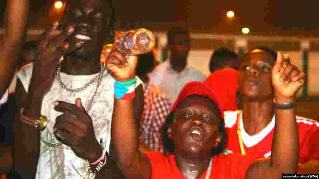 CAN polisi wajaribu kumtowa shabiki aliyeingia uwanjani wakati Equatorial Guinea ilipoifunga Tunisia
