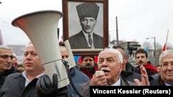 """İsviçre'nin üç farklı kentinde 2005'te yaptığı konuşmalarda Osmanlı İmparatorluğu döneminde Ermenilere soykırım yapıldığı iddialarını """"yalan"""" olarak nitelediği için hakkında bu ülke yargısı tarafından dava açılan ve cezalandırılan Perinçek, ifade özgürlüğünün ihlal edildiği gerekçesiyle konuyu 2008'de AİHM'ye taşıdı."""