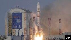 Une fusée russe Soyouz 2.1b transportant le satellite Meteor M et 18 autres petits satellites, décolle du cosmodrome de Vostochny à l'extérieur de la ville de Tsiolkovski, à environ 200 kilomètres de la ville de Blagoveshchensk, Russie, 28 novembre 2017