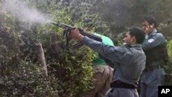 阿富汗警察9月13日在喀布爾開火攻擊一座反叛武裝佔據的建築