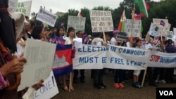 Cambodian-Americans have gathered in front of the White House in Washington, DC, July 12, 2013, to demand reforms to the Cambodian National Election Committee ahead of July 28 parliamentary elections. (VOA Khmer)