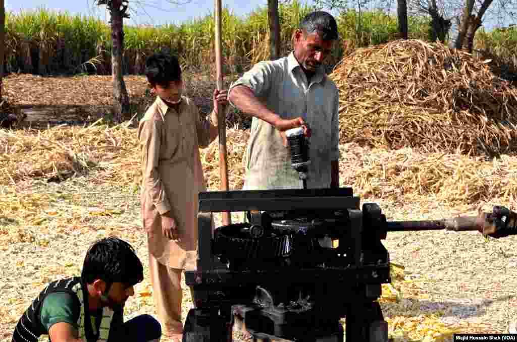 گنے کا رس نکالنے کے لیے پیٹرول، ڈیزل یا پھر بجلی سے چلنے والی مشین استعمال کی جاتی ہے۔