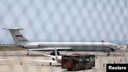 En esta foto se aprecia un avión con la bandera rusa en el aeropuerto internacional Simón Bolívar en Caracas. Rusia asegura que su cooperación es transparente.