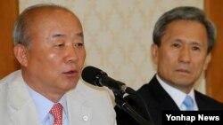 17일 한국 국회에서 열린 외교안보통일 당정에 참석한 류우익 통일부장관(왼쪽)과 김관진 국방장관.