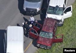 21일 미국 텍사스주 연쇄 폭발물 테러 용의자가 도주 중 차 안에서 폭탄을 터뜨려 자폭한 현장을 경찰들이 조사하고 있다.