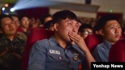 제2연평해전이 발발한 지 13년이 되는 29일 충남 계룡대 해군본부 장병들이 제2연평해전을 소재로 제작된 영화 '연평해전'을 관람하며 눈시울을 붉히고 있다.