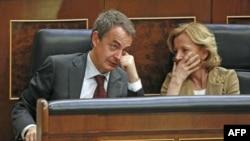 Španski premijer Hose Luis Rodriges Sapatero razgovara sa španskom ministarkom za ekonomiju Elenom Salgado
