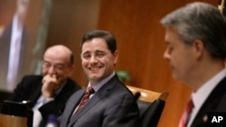 Federal Communications Commission Chairman Julius Genachowski (C) delivers remarks before the commission voted to adopted controversial Net neutrality rules December 21, 2010 in Washington, DC.