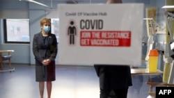 Menteri Skotlandia Nicola Sturgeon yang mengenakan masker saat meninjau persiapan peluncuran vaksin pertama melawan Covid-19 di Rumah Sakit Umum Barat, Edinburgh, Skotlandia, 7 Desember 2020.