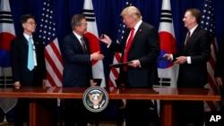 特朗普和文在寅在2018年联合国大会期间在纽约签署美韩自由贸易协议 ( 2018年9月24日)