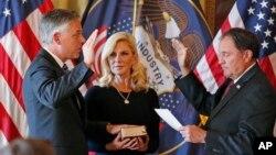Джон Хантсман с супругой на церемонии приведения к присяге в Юте