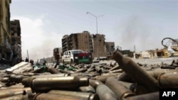 Một con đường trong thành phố Misrata với võ đạn nằm la liệt