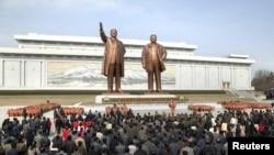 朝鲜士兵,工人和学生在平壤万寿台的巨型雕像朝鲜建国者金日成(左)和他的儿子,朝鲜已故领导人金正日(右)前面安放鲜花以庆祝已故领导人金日成诞辰101周年。