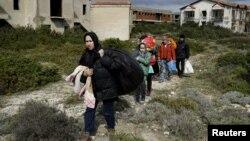 Çeşme'den üzerinden Yunanistan'ın Sakız adasına geçmeye hazırlanan Afgan göçmenler (arşiv foto - 2016)