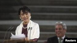 Aung San Suu Kyi memberikan pidato di depan anggota parlemen Inggris di Westminster Hall, London (21/6).