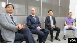 前美國副總統切尼國安顧問葉望輝(左二)和台灣關懷中國人權聯盟理事長楊憲宏(左)(美國之音張永泰拍攝)