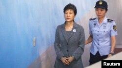 Cựu Tổng thống Park Geun-hye đến tòa án vào ngày 25/4/2017.