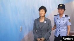 Rais wa zamani Park Geun-hye alipofikishwa mahakamani huko Seoul, Korea Kusini, Agosti 25, 2017.