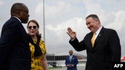Secrétaire d'Etat ya Etats-Unis, Mike Pompeo (D) na molongani wa ye Susan Pompeo (C) na masolo na mokokani wa ye ministre ya mambi ya bapaya ya Angola Manuel Domingos Augusto na libanda ya mpepo ya Luanda, na Angola, 17 février 2020.