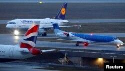 Pesawat milik maskapai penerbangan British Midland Airways (BMI), Lufthansa dan British Airways di bandara internasional Munich, Jerman, 9 Januari 2018. (Foto: dok)